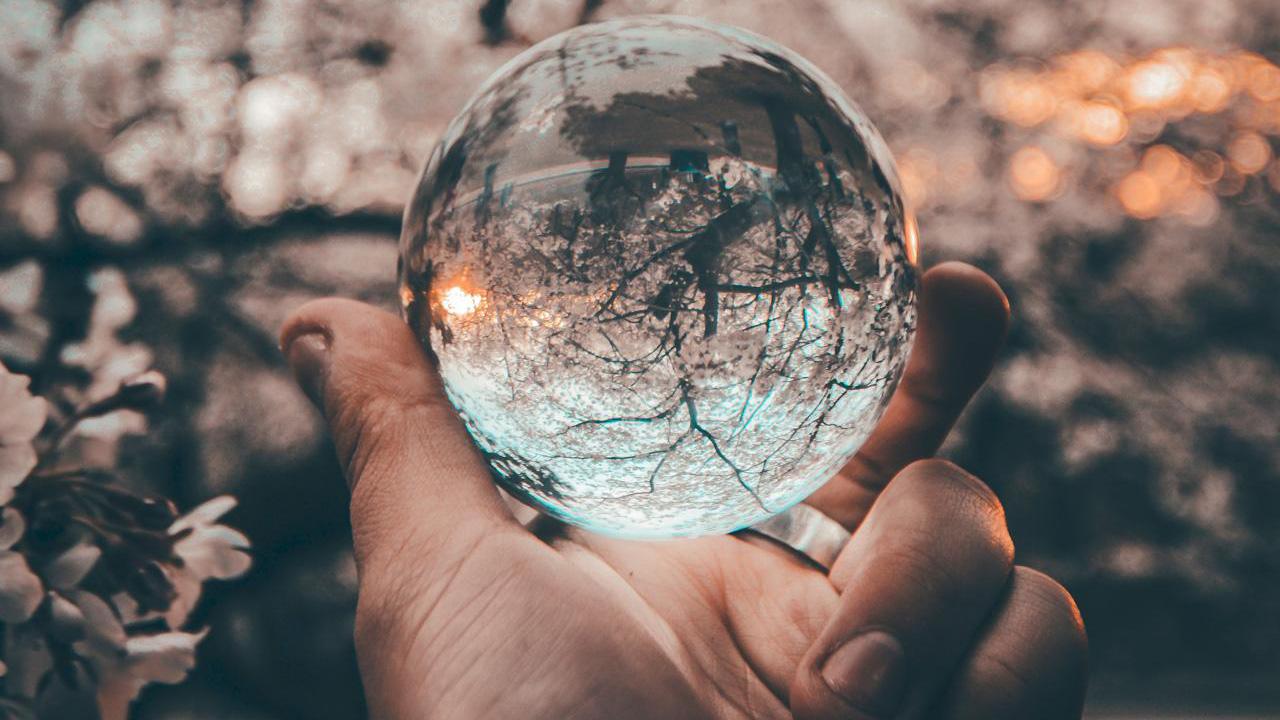 Eine-Hand-haelt-eine-Glaskugel