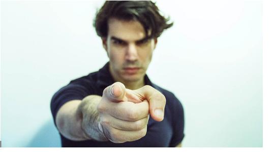Mann-zeigt-mit-ausgestrecktem-Finger-in-die-Kamera